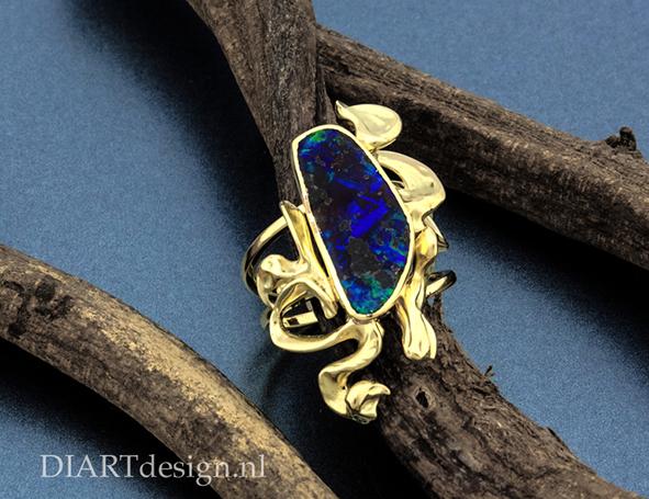 Ring met organische vormen. Goud met opaal.