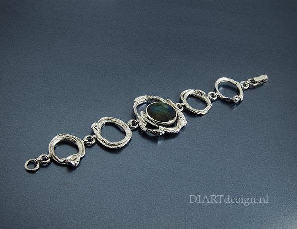 Ringen met natuurlijke vormen. Zilver met labradoriet.