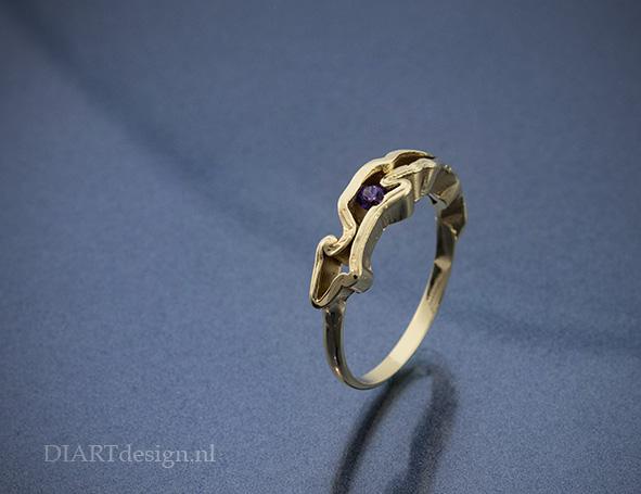 Ring met grillige vormen. Goud met amethist.