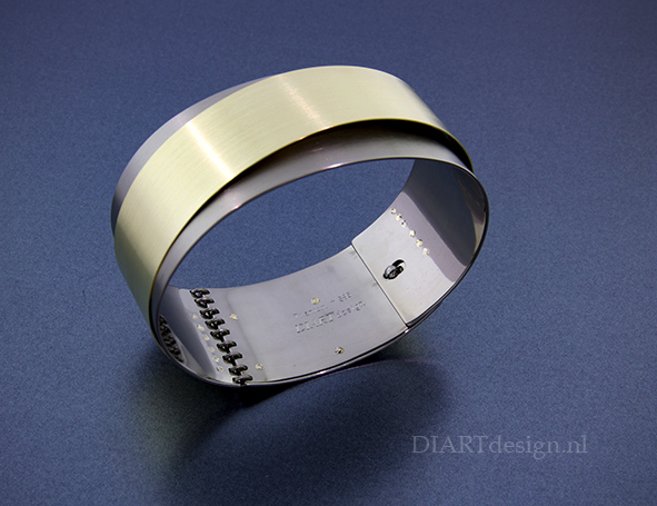 Armband uit titanium en goud.