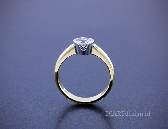 Solitair ring met briljant in speciale vatting.
