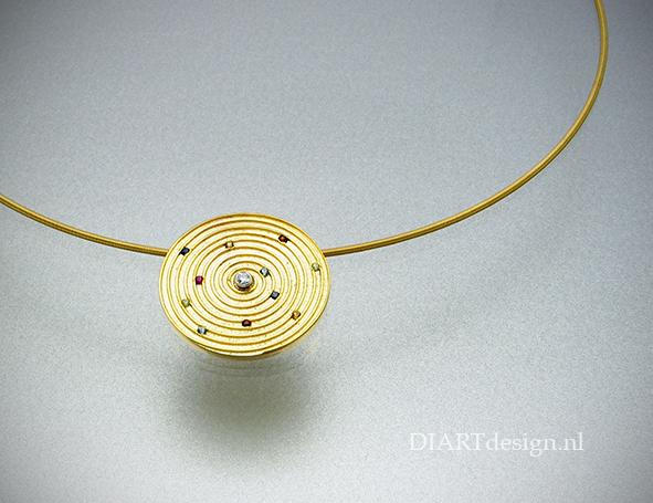 18 karaat hanger met fijngoud spiraal. Met briljant en kleur edelstenen.