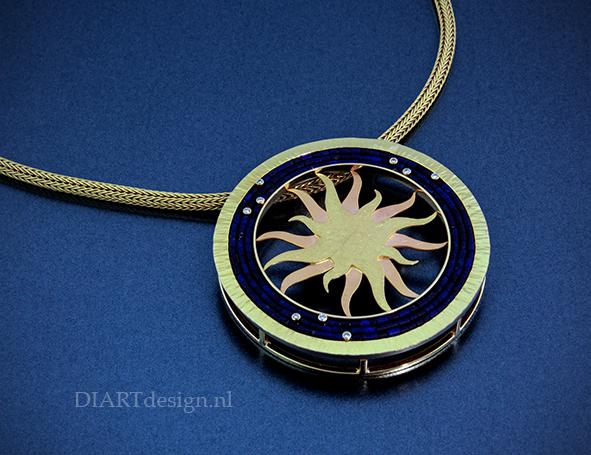 """Uit de lijn """"Zonnehangers"""". Lapis lazuli, briljanten, goud en titanium."""
