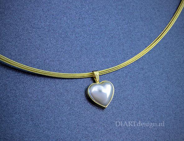 Hanger met hartvormige mabe parel.