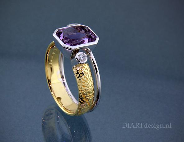 """Uit de lijn """"Mothers finest"""". Gouden ring met amethist en briljant."""