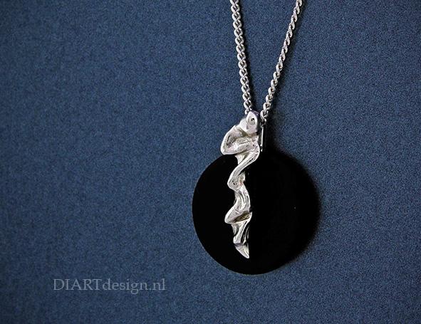 Hanger onyx met natuurlijke vormen in zilver.