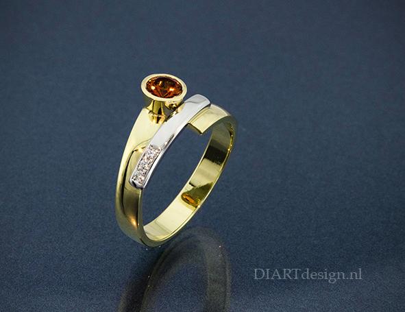Ring uit geel- en witgoud met oranje saffier en briljanten.