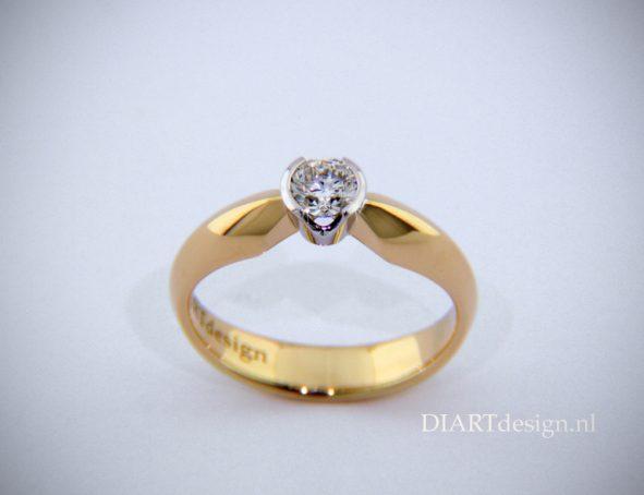 Solitair ring, geelgoud met briljant in witgoud gevat.