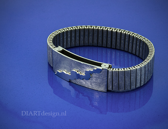 """Uit de lijn """"Klif"""". Armband uit titanium."""