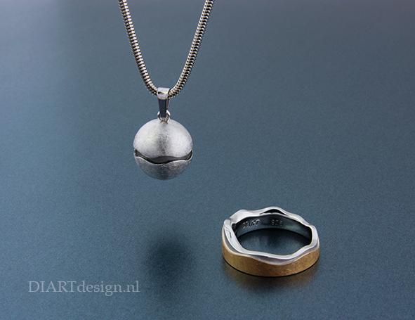 Urn hanger en ring. Uit zilver en goud.