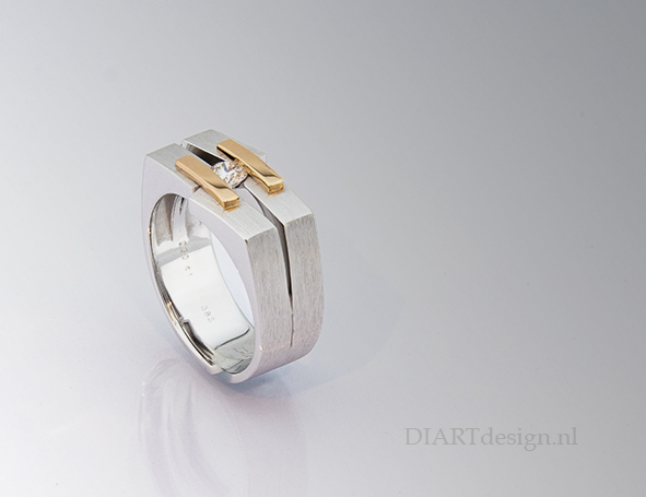 Ring uit wit-, en roodgoud met een briljant.