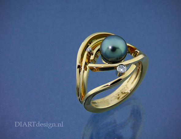 """Uit de lijn """"Waves"""". Ring uit 18 karaat geelgoud, tahitiparel en briljanten."""