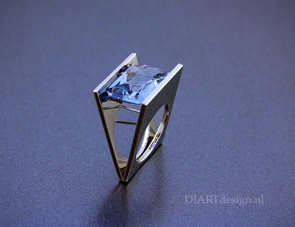 Blauwe steen van een klant, gevat in een strakke ring.