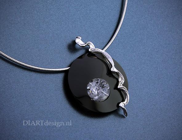 Hanger. Gemaakt uit zwart zirconium, zilver en een bergkristal.