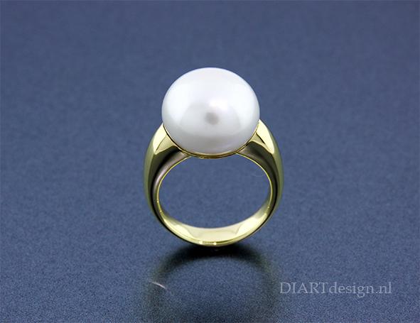 Gouden ring met parel.
