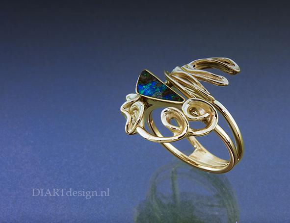Ring met natuurlijke vormen in goud, met opaal.