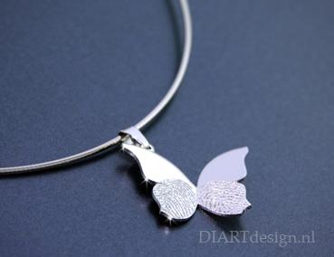 Vlinder hanger nr.1, met twee verschillende vingerafdrukken. Zilver.