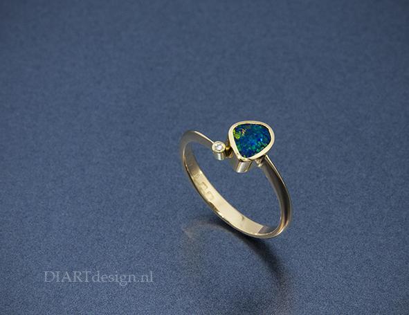 Geelgouden ring met opaal en briljant.