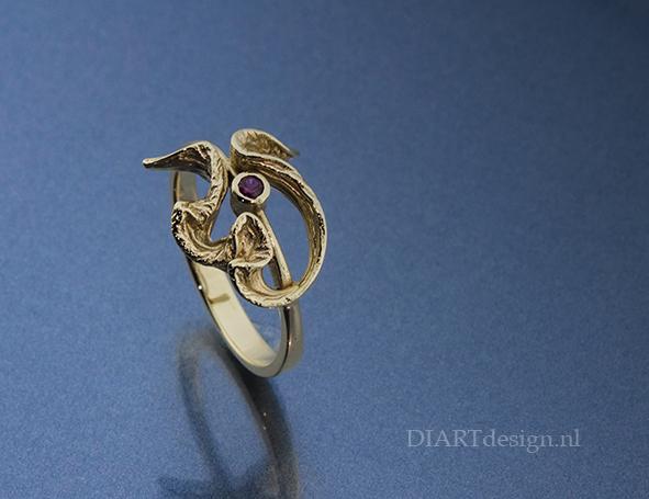 Fijne ring met natuurlijke vormen uit goud, met granaat.