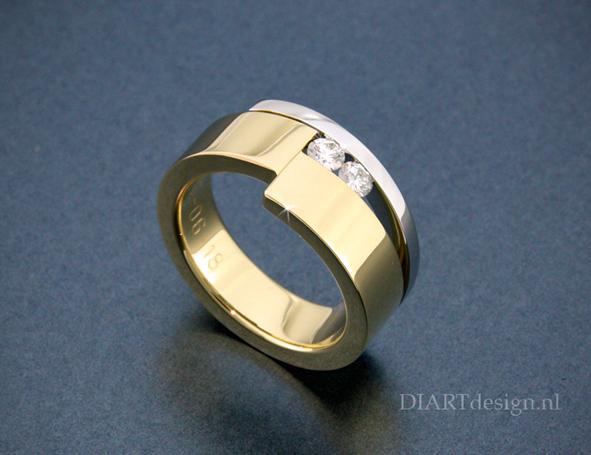 Ring uit geelgoud en witgoud met briljanten.
