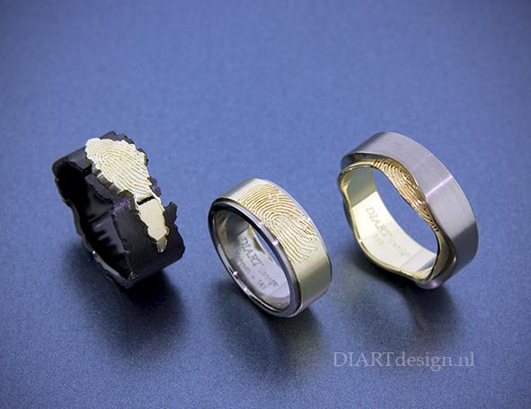 Gedenkringen voor drie broers met vingerafdruk. Uit zirconium, goud en titanium.