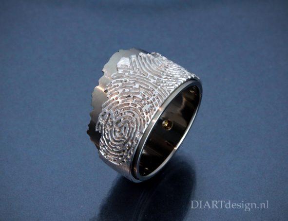 """Uit de lijn """"Klif"""". Ring uit titanium en witgoud met twee vingerafdrukken."""
