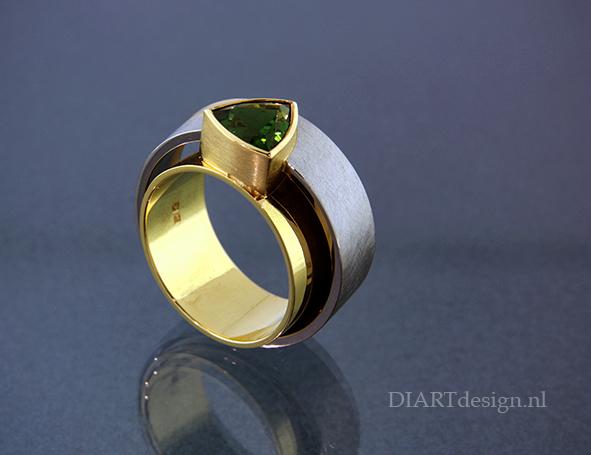 """Ring """"Brazil"""", geel-, wit en roodgoud met een groene toermalijn."""
