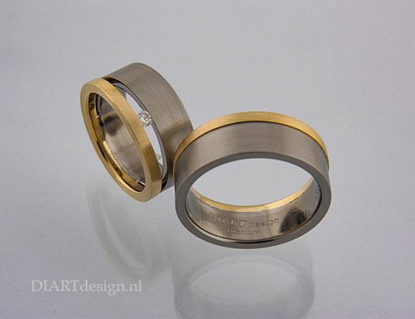 Trouwringen uit titanium, goud en briljant.
