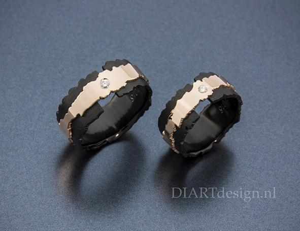 """Uit de lijn """"Klif"""". Trouwringen uit zwart zirconium, roodgoud en briljant."""