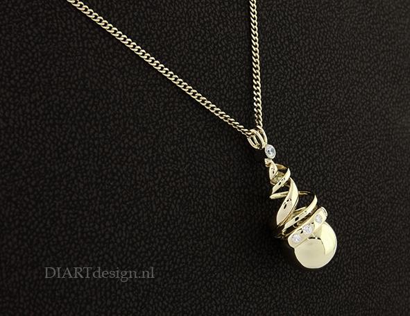 Urn hanger uit goud met briljanten. De slinger is uit de trouwring gemaakt.