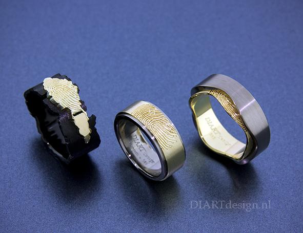 Ringen voor drie broers, met vingerafdruk. Zwart zirconium, goud, titanium.