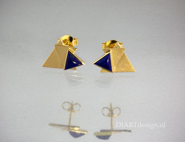 Gouden oorstekers met lapis lazuli.