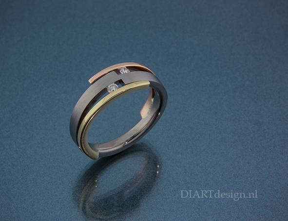 Ring uit titanium, geel- en goud en briljanten.