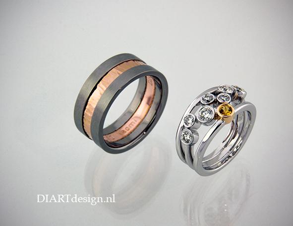 Trouwringen. Soms willen stellen geheel verschillende ringen. Dame witgoud met briljanten. Herenring titanium, roodgoud.