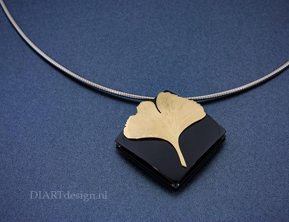 Gingko blad op urn hanger. Uit zwart zirconium en goud.