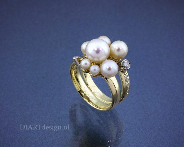 Ring gemaakt van twee trouwringen, met briljanten en parels. De originele gravures zijn behouden.