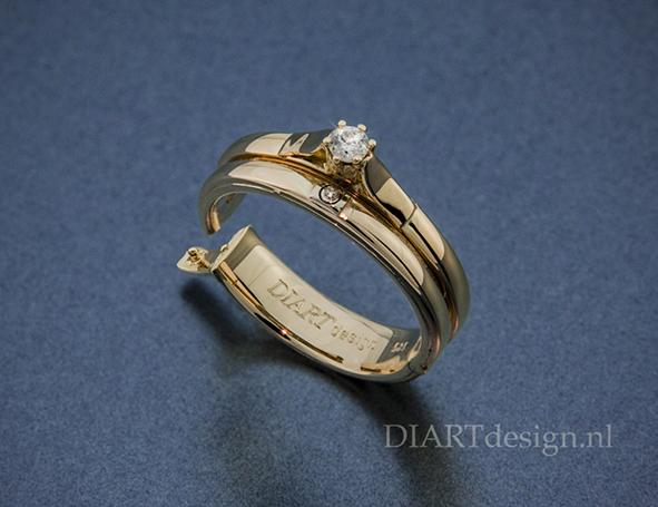 Twee ringen van een klant samengevoegd en er een scharnier ingezet. Zodat ze hem ondanks dik gewricht weer kan dragen.