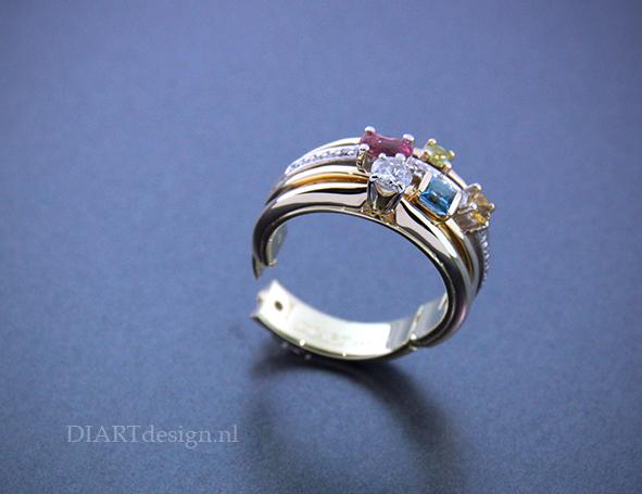 Meerdere ringen van de klant samengevoegd en er een scharnier ingezet. Zodat ze hem ondanks dik gewricht weer kan dragen.
