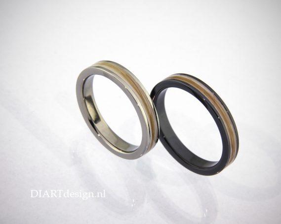 Urn ringen, met haren zichtbaar verwerkt. Titanium en zwart zirconium.