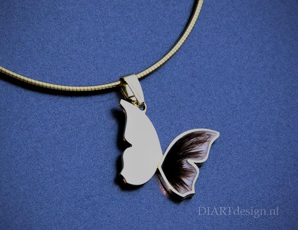 Urn hanger. Gouden vlinder met met haren zichtbaar verwerkt.