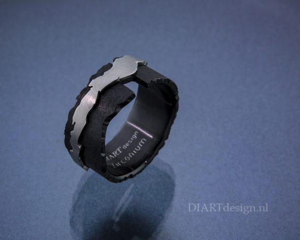 """Uit de lijn """"Klif"""". Ring uit zwart en wit zirconium."""