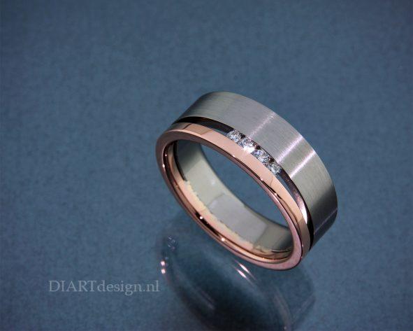 Ring uit titanium en roodgoud met briljanten.