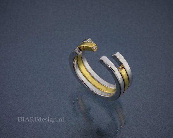 Ring uit geel- en witgoud met brillanten.