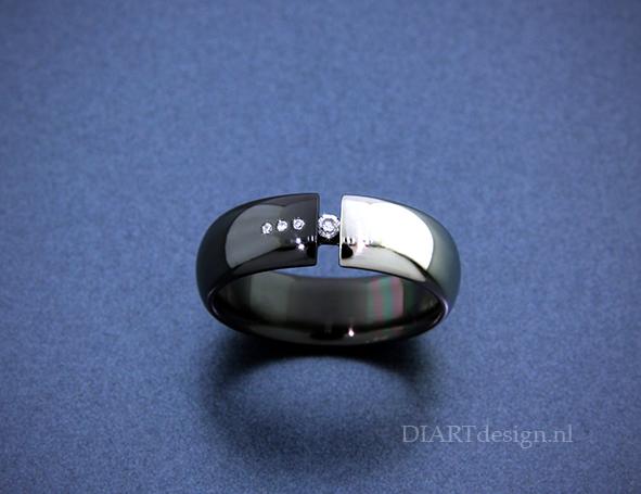 Ring uit wit en zwart zirconium met briljanten.