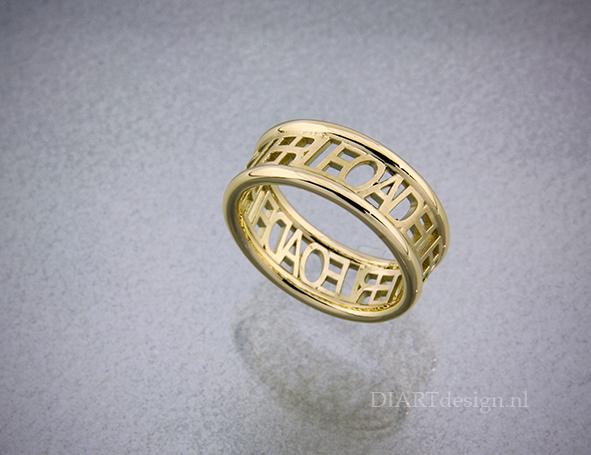 Gouden ring met persoonlijke tekst.