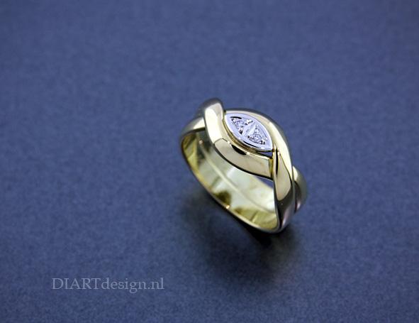 Ring gemaakt van twee trouwringen. Met witgoud en briljanten.