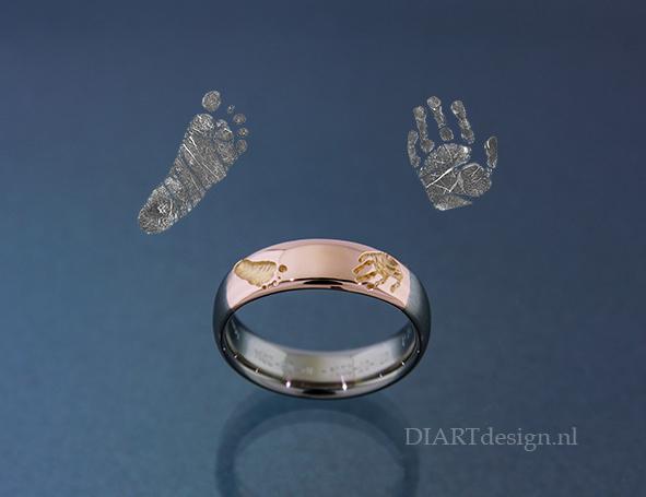 Ring met afdrukjes van een kinderhandje en -voetje.
